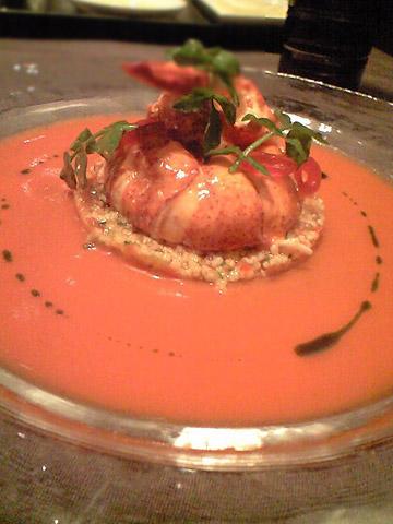 オマール海老。オマール海老自体は素直に海老のおいしさを味わえる感じ。下のソースは何とガスパチョ。スペインを取り入れる大胆さ。