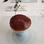 ロシア風のパイ包みスープに見えるが、中身は蟹肉と根セロリを調理したもの。蟹は様々に調理されており、濃厚な風味。