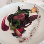 鹿胸肉のロースト。もも肉もあしらわれている。火入れは抜群。様々な野菜のエチュベと柿、ビーツが色を添える。茶色いパウダーはジュニパーベリー。