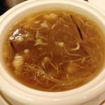 八宝ふかひれスープ。もちろんとろみはあるが、しつこくベタベタする感じではなく、スープとしてバランスがよい。ふかひれの量は極普通。