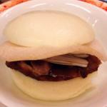 窯焼き北京ダック。クレープ状の皮包でなく、ここのは蒸し饅頭。安定の味。