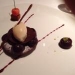 デザートの2。さくらんぼとガトーショコラ パンデピスのアイスの添え。パンデピスとはジンジャーブレッド風味のこと。