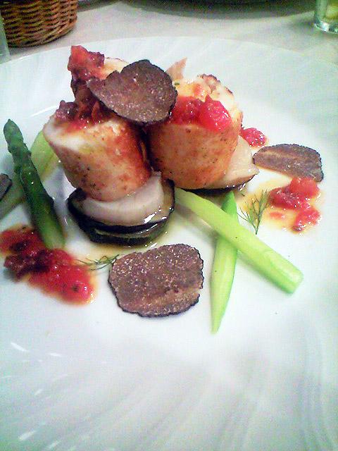 お勧め料理はスズキのムースを身で巻いたソテー。黒トリュフが添えられている。