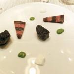 ヴィアンドは、牛フィレ オリーブ ルッコラ。白いのはヨーグルトソース。牛フィレはパーフェクトな焼き加減。肉の凝集感とフィレの繊細さが口中に広がる。三角形のは、ナスとトマト。ガレット風に、カリカリの下地がついて、塩の結晶がアクセントに。圧巻の一皿。