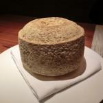 ミッシェル・トロワグロが来日した恩恵としての、おすすめの特別なチーズ。名前失念。中身はデリケートなテクスチャーでやさしい味わい。このチーズは我々がファーストカットを入れた。素晴らしかった!