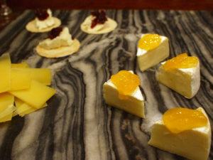 奥:バニラチーズクリームのクランベリージャム乗せ、右:マンゴーとパイナップルジャム乗せカマンベール、左:熟成コンテ。