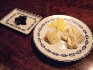 チーズ3種とタイム風味のセミドライ・ブラックオリーブ。