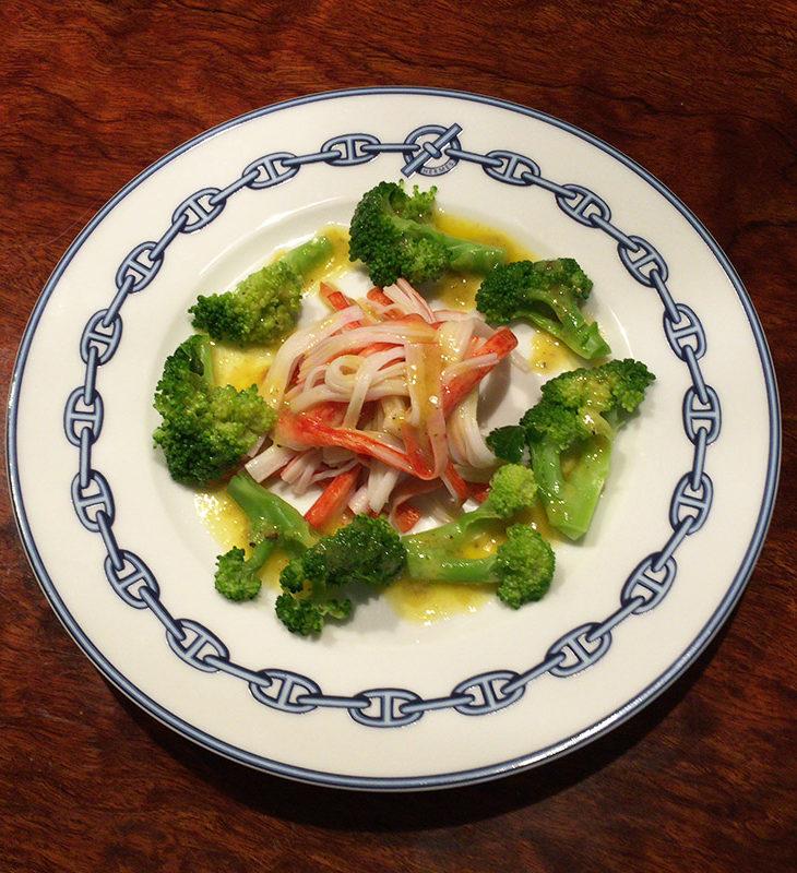 調理例。割いたカニカマと茹でたブロッコリーだけですが、ちゃんとごちそうになります。
