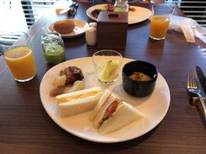 食べたい物を好きに取った結果として洋食と沖縄料理のコンビネーションに。