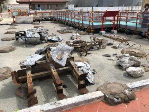焼け跡に点々と束石が並ぶ。右中央端に写る螺旋状の物は、正殿の屋根に乗っていた龍、龍頭棟飾(りゅうとうむなかざり)の髭。