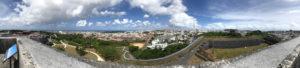 那覇市内を眺める。城は失われ、コロナ禍に人々は喘ぐが、時は悠久に流れてゆく。
