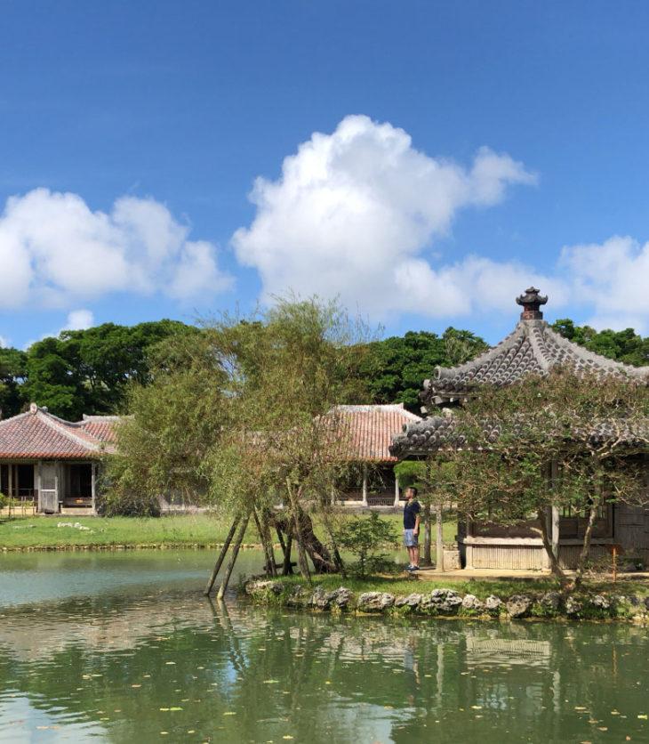 六角堂の向こうに御殿。中国風と琉球風の対比。そして池周りの庭園の作りは日本風。
