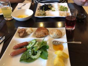 ダブルツリーbyヒルトン那覇のビュッフェにて。長命草、ゴーヤ、パイナップル、手作りマンゴージャム等(他にも食べたが)。
