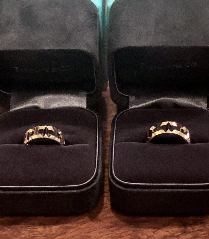 Tトゥルーの8mmリング。素材はローズゴールド。じょにおの物(右)の方が1号大きい。