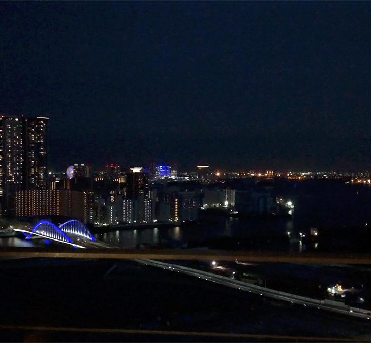 窓からの夜景。レインボーブリッジ(中央奥)から左手にお台場。