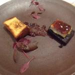 俺のオードブル2品目はブータンノワール(豚の血などをハーブやスパイスと共に固めたもの)とフォアグラのクレームブリュレ。コクと食感が様々に交錯する面白い皿。
