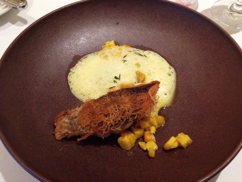 魚は函館産のイサキ。大粒の甘いワイルドなコーンとの組み合わせが面白い。