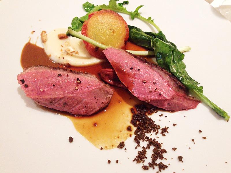 メインは鴨胸肉のロースト(エクストラチャージ)。12種類のスパイスのソースとともに食す。クリーム色のはカシューナッツのソース。肉は焼き具合もよく、きめ細やかで絶品。