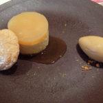 俺のデザートはバニラ風味のムースとキャラメルのアイスクリーム。ムースの上のソースはグレープフルーツの風味。