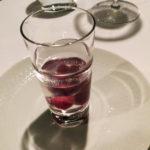 口直しのゼリー。赤い玉はグリオットチェリー風味。ぐい呑みで。味は極控えめでナチュラル。