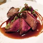 鴨。胸肉、ささみ、腿を5種のそれぞれ違う火入れ法を使って調理。肉質が繊細で、野趣はあるが臭みはない。添えられた野菜にえのきがあるなど、やはりここでも和を感じるが、鴨自体はとても正統なフランス料理。