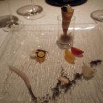オードブル。向こうの円筒型のにはウニのムースが入っている。手前はトリュフ塩を敷いた野菜。海と大地がテーマ。