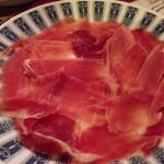 ハモンセラーノ。ナイフでの削ぎ切りで食感がいい。