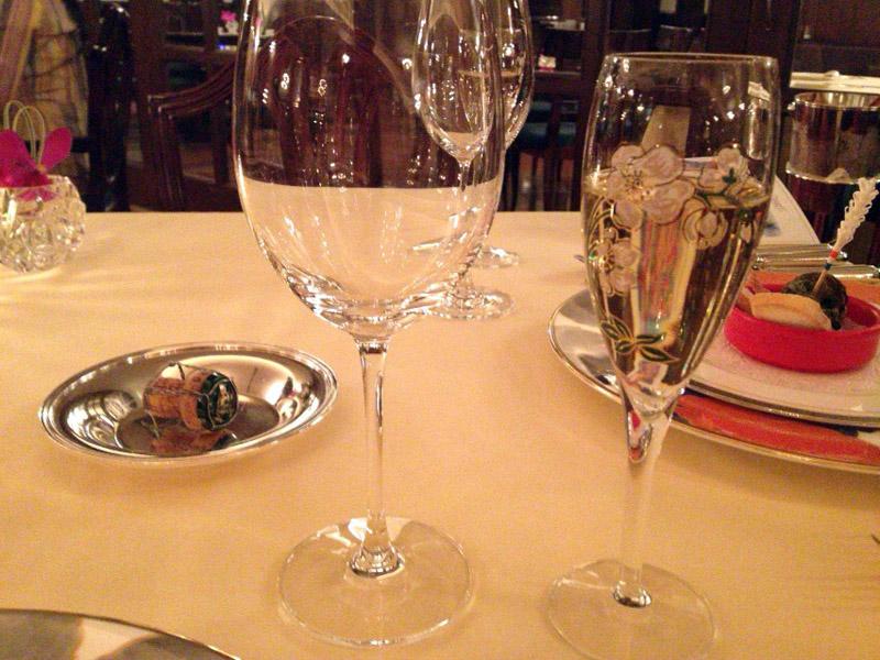 Perrier-Jouët Belle Epoque Brut 2000。グラスはPJのキャンペーングラス?(笑)ウェイティングバーでも同じグラスだったから、PJを選択したからこのグラスで出してきたとは思えなかった。