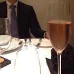 1杯目はここのハウスシャンパンを選択。Pierre Mignon(ピエール・ミニョン)にオーダーしているものだとか。ピノ・ムニエ8割、シャルドネ2割のセニエのロゼ。