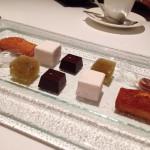 「パリジャンの小菓子」。最後のお茶菓子にも手抜かりなし。薔薇と木苺とライチのギモーヴは香りがよく、キウィのジュレは風味濃厚。