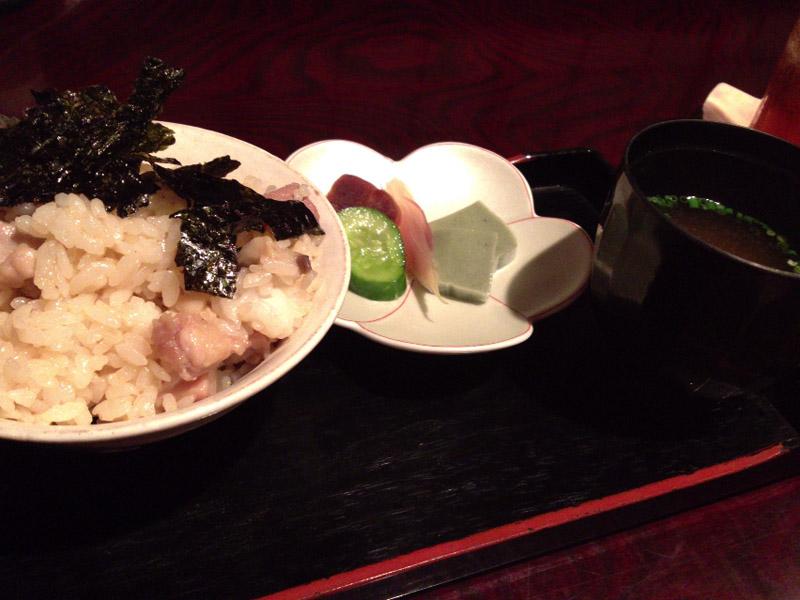 別注文の飯と味噌汁。この日はきのこ入り鶏めし。