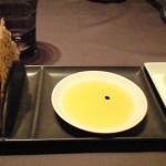 芥子の実をまぶした軽いスナック。プロバンス産のオリーブオイルをつけて食べるとまったく風味が違う。