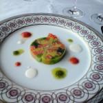九条葱とスモークサーモンのテリーヌ モザイク模様。葱の甘さが美味。ソースで面白かったのは、赤くみえるトマト。よいアクセントになっていた。