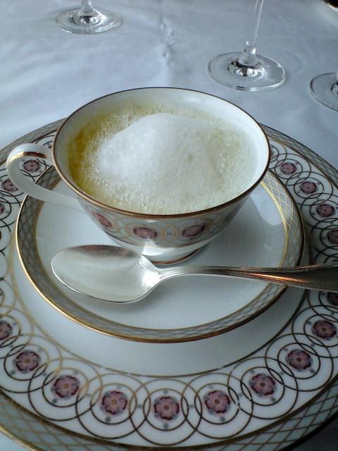 かぼちゃのクリームスープ カプチーノ仕立て。ブルーテではなく本物のカプチーノのようにスチームドミルクが乗っている。下のスープは2層。