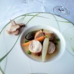 メインは仔兎肉のポワレ 季節野菜の名ージュを選択。肉としては軽い部類の兎を活かすべく、これまた軽くクリアなナージュで。