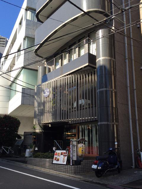 店舗外観。このビルの2階。