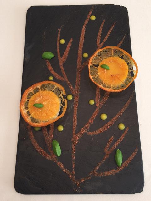 オレンジとバジルのあしらわれたフォアグラ。まるでデザートのような味わい。シャンパンとよく合う。