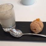 お茶菓子にはトンカ豆風味のブランマンジェとキャラメルシュークリーム。