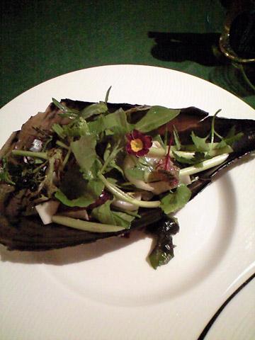 オードブル1品目は平貝と春野菜のサラダ。しっかりした噛みごたえの平貝とエディブルフラワーを添えたハーブの苦味が調和しておいしい。