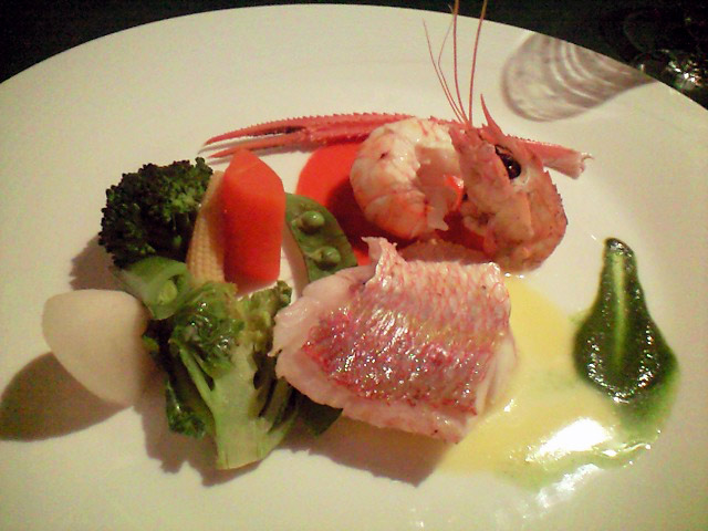 ポワソンはスキャンピと桜鯛。テーブルがぱっと華やぐ明るさ。エチュベした春野菜も野菜本来の味わいがある。