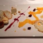 チーズの取り合わせ。果物のように見えるオレンジ色は薄くそいだ18ヶ月熟成のミモレット。からすみのような風味がした。