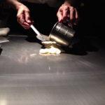 この熟練の手が優れた食材を逸品の料理に変える。