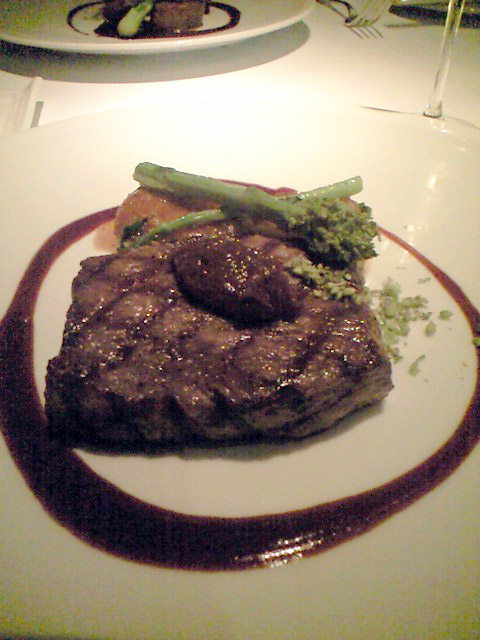 """北海道産""""上富良野牛""""サーロインのグリル フォンダンポテトと菜の花のソテー ブッシュトマトチャツネ。肉は脂自体に甘味があって極上。そしてボリュームたっぷり。普通のフレンチで出てくるフィレミニヨンの2倍はある。"""