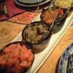 サラダ。それぞれの野菜が茹でてあったり炒めたあったりして、取って小皿で混ぜて食べる。