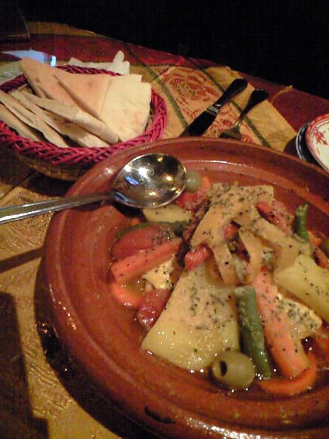 タジンの蒸し料理。野菜と鶏むね肉。酸味を加えるため、皮付きレモンが入っている。