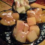 デザート。フルーツ(と缶詰のフルーツ)にシナモンパウダー。