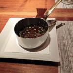 ほとんどの料理にはこうしてソースが別添えで出てくる。フランス料理の要であるソースを好みに応じてたっぷり味わうことができる贅沢。