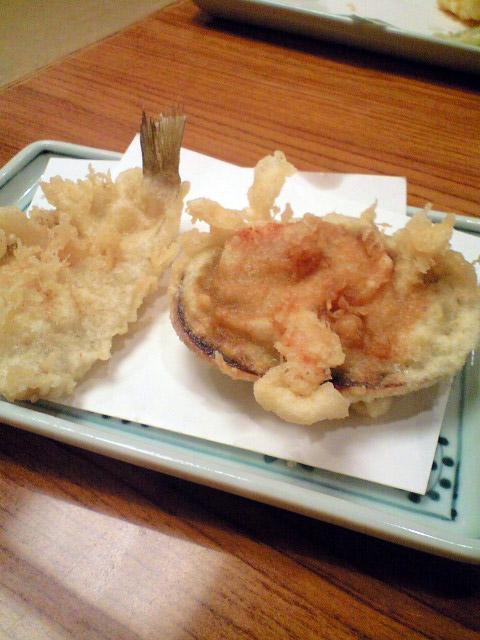大浅利の天ぷら。(写真右)身はアサツキなどが入って既に調理されたものを揚げていて、気が利いている。左はキスの天ぷら。