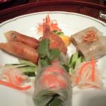前菜。籠に入って出てくる。蒸し春巻きはプニプニとした食感で面白い。中央の蟹の爪の周りにひき肉を巻いて揚げたものは、おいしいのだが、ひき肉の味が強いので、どうせなら別々に食べたかった。(笑)