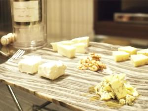 つまみにはチーズ数種とくるみを用意した。